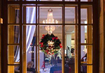 Новогодняя ночь в Питере: отель «Астория» и елка от Dior ждут вас