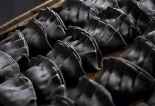 Черная, черная еда в черном, черном городе