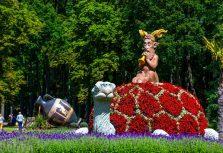 В мызе Пакроя в Литве установлены цветочные скульптуры — в эти выходные стартует фестиваль цветов
