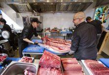 CENTRĀLAIS Gastro Tirgus разделил на всех тунца весом 208 кг