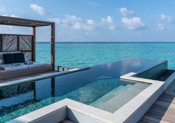 Four Seasons предлагает на Мальдивах водные виллы с бассейном. Правда, лишь с ноября