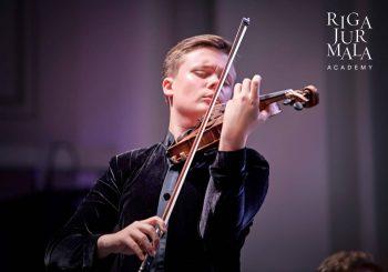 Молодые латвийские таланты Даниил Булаев, Сабине Сергеева и Андрей Егоров выступят в онлайн мастер-классе с французским скрипачом Рено Капюсоном