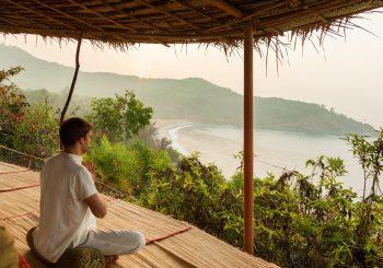 Выдыхаем стресс: пранаяма от йога-учителя отеля SwaSwara, Индия