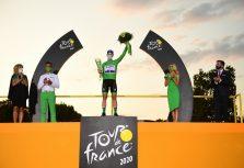 Тадей Погачар победил в Тур де Франс и получил хрустальный кубок от ŠKODA Design