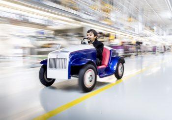 Самый маленький в мире ROLLS-ROYCE проходит обслуживание на заводе ROLLS ROYCE вГудвуде